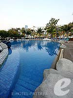 Swimming Pool / A-One The Royal Cruise Hotel, พัทยาเหนือ