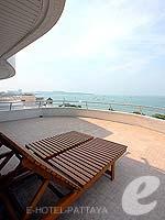 パタヤ ノースパタヤのホテル : エーワン ザ ロイヤル クルーズ ホテル(A-One The Royal Cruise Hotel)の ロイヤル スイート 1ベッドルームルームの設備 Balcony