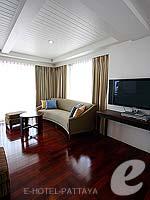 パタヤ ノースパタヤのホテル : エーワン ザ ロイヤル クルーズ ホテル(A-One The Royal Cruise Hotel)のロイヤル スイート 2ベッドルームルームの設備 Living Room