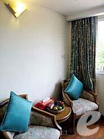 プーケット スパ併設のホテル : アブソリュート シーパール ビーチリゾート(Absolute Sea Pearl Beach Resort)のスーペリアルームの設備 Sitting Area