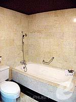 プーケット スパ併設のホテル : アブソリュート シーパール ビーチリゾート(Absolute Sea Pearl Beach Resort)のデラックスルームの設備 Bathroom