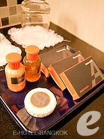 バンコク カップル&ハネムーンのホテル : アデルフィ スイーツ(Adelphi Suites)のスタジオルームの設備 Bath Amenities