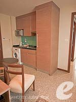 バンコク カップル&ハネムーンのホテル : アデルフィ スイーツ(Adelphi Suites)のデラックス ワンベッドルームルームの設備 Kitchen