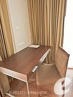 バンコク スクンビットのホテル : アデルフィ スイーツ(Adelphi Suites)のデラックス ワンベッドルームルームの設備 Writing Desk