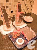 バンコク カップル&ハネムーンのホテル : アデルフィ スイーツ(Adelphi Suites)のエグゼクティブ ワンベッドルームルームの設備 Bath Amenities
