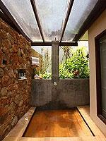 サムイ島 チョンモーンビーチのホテル : アルファ ヴィラ(Alpha Villa)の3ベッドルームルームの設備 Outdoor Shower