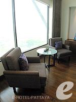 パタヤ ノースパタヤのホテル : アマリ オーシャン ホテル パタヤ(Amari Ocean Hotel Pattaya)のデュプレックススイート/オーシャンタワールームの設備 Chair