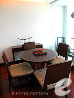 パタヤ ノースパタヤのホテル : アマリ オーシャン ホテル パタヤ(Amari Ocean Hotel Pattaya)のデュプレックススイート/オーシャンタワールームの設備 Table