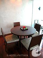パタヤ ノースパタヤのホテル : アマリ オーシャン ホテル パタヤ(Amari Ocean Hotel Pattaya)のエグジクティブ クラブ オーシャン ビュー / オーシャン タワールームの設備 Table