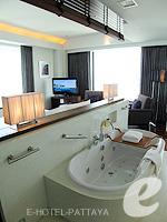 Bathtub : Executive Club Ocean View / Ocean Tower at Amari Ocean Hotel Pattaya, North Pattaya, Pattaya