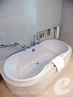 Bathtub : Deluxe Tower at Amari Ocean Hotel Pattaya, North Pattaya, Pattaya