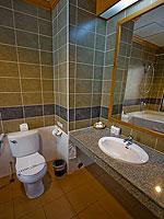 プーケット インターネット接続(無料)のホテル : アマタ パトン(Amata Patong)のデラックスルームの設備 Bath Room