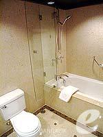 バンコク チャオプラヤー川周辺のホテル : アナンタラ リバーサイド バンコク リゾート(Anantara Riverside Bangkok Resort)のデラックスルームの設備 Bathroom