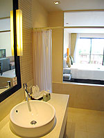プーケット カップル&ハネムーンのホテル : アプサラ ビーチフロント リゾート & ヴィラ(Apsara Beachfront Resort & Villa)のスーペリアルームの設備 Bathroom
