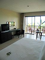 プーケット カップル&ハネムーンのホテル : アプサラ ビーチフロント リゾート & ヴィラ(Apsara Beachfront Resort & Villa)のデラックスルームの設備 Bedroom