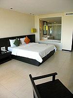 プーケット 会議室ありのホテル : アプサラ ビーチフロント リゾート & ヴィラ(Apsara Beachfront Resort & Villa)のデラックスルームの設備 Bedroom