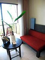 プーケット カップル&ハネムーンのホテル : アプサラ ビーチフロント リゾート & ヴィラ(Apsara Beachfront Resort & Villa)のデラックスルームの設備 Sitting Area