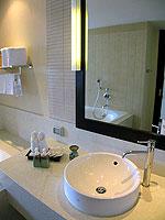 プーケット カップル&ハネムーンのホテル : アプサラ ビーチフロント リゾート & ヴィラ(Apsara Beachfront Resort & Villa)のデラックスルームの設備 Bathroom
