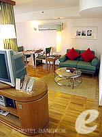 バンコク シーロム・サトーン周辺のホテル : アット イース サラデーン バイ アエタス(At Ease Saladaeng by Aetas)のスイートルームの設備 Living Area