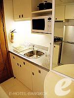 バンコク シーロム・サトーン周辺のホテル : アット イース サラデーン バイ アエタス(At Ease Saladaeng by Aetas)のスイートルームの設備 Kitchen