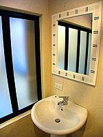 プーケット ロングステイのホテル : @ ホワイト パトン ブティック ホテル  (@White Patong Boutique Hotel)のスタンダードルームの設備 Bathroom