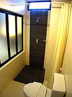 プーケット ロングステイのホテル : @ ホワイト パトン ブティック ホテル  (@White Patong Boutique Hotel)のスーペリアルームの設備 Bathroom