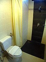 プーケット ロングステイのホテル : @ ホワイト パトン ブティック ホテル  (@White Patong Boutique Hotel)のデラックスルームの設備 Bathroom