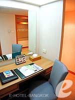 バンコク サイアム・プラトゥーナムのホテル : バイヨーク スカイ ホテル(Baiyoke Sky Hotel)のラン オブ ザ ハウス シングル(スタンダード ゾーン)ルームの設備 Writing Desk