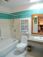 サムイ島 チャウエンビーチのホテル : バナナ ファン シー リゾート(Banana Fan Sea Resort)のデラックスルームの設備 Bathroom