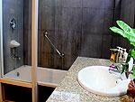 サムイ島 チャウエンビーチのホテル : バナナ ファン シー リゾート(Banana Fan Sea Resort)のプールビュー デラックスルームの設備 Bathroom