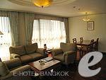 バンコク シーロム・サトーン周辺のホテル : バンダラ スイート シーロム バンコク(Bandara Suite Silom Bangkok)のバンダラ スイート 2ベッドルームルームの設備 Living Room