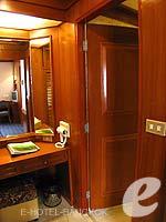 バンコク 王宮・カオサン周辺のホテル : バンコク センター ホテル(Bangkok Centre Hotel)のグランド ロイヤル スイートルームの設備 To Bath Room