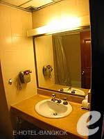 バンコク 王宮・カオサン周辺のホテル : バンコク センター ホテル(Bangkok Centre Hotel)のスーペリア ダブル(ルームオンリー)ルームの設備 Bath Room