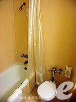 バンコク 王宮・カオサン周辺のホテル : バンコク センター ホテル(Bangkok Centre Hotel)のスーペリア シングル(ウィズ ABF)ルームの設備 Bath Room