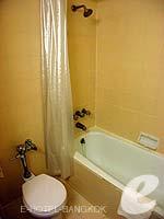 バンコク 王宮・カオサン周辺のホテル : バンコク センター ホテル(Bangkok Centre Hotel)のデラックス ダブル(ウィズ ABF)ルームの設備 Bath Room
