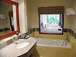 プーケット ファミリー&グループのホテル : バウマンブリ(Baumanburi)のプールサイド アクセス(シングル)ルームの設備 Bath Room