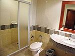 プーケット ファミリー&グループのホテル : バウマンブリ(Baumanburi)のプールサイドアクセス(ツイン/ダブルルームの設備 Bath Room