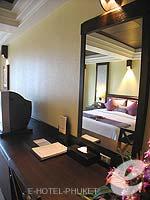 プーケット カロンビーチのホテル : ビヨンド リゾート カロン(Beyond Resort Karon)のデラックスルームの設備 Writing Desk
