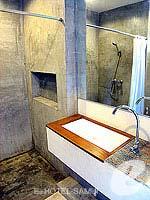 サムイ島 オーシャンビューのホテル : ブルー ヒル リゾート(Blue Hill Resort)のシービュー デラックスルームの設備 Bathroom