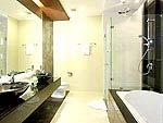 プーケット ファミリー&グループのホテル : ケープ パンワ ホテル(Cape Panwa Hotel)のジュニア スイートルームの設備 Bath Room