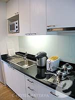 パタヤ シラチャーのホテル : ケープ ラチャ ホテル シラチャー(Cape Racha Hotel Sriracha)のスタジオ スイートルームの設備 Kitchen