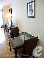 パタヤ シラチャーのホテル : ケープ ラチャ ホテル シラチャー(Cape Racha Hotel Sriracha)のスタジオ スイートルームの設備 Dining Table