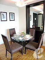 パタヤ シラチャーのホテル : ケープ ラチャ ホテル シラチャー(Cape Racha Hotel Sriracha)の1ベッド ルーム スイートルームの設備 Dining Table