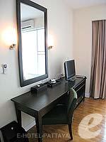 パタヤ シラチャーのホテル : ケープ ラチャ ホテル シラチャー(Cape Racha Hotel Sriracha)の1ベッド ルーム スイートルームの設備 Writing Desk