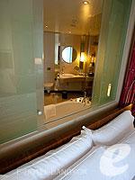 バンコク ファミリー&グループのホテル : センタラ グランド アット セントラルワールド(Centara Grand at Central World)のスーペリア ワールドルームの設備 Bathroom Window