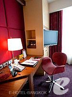 バンコク ファミリー&グループのホテル : センタラ グランド アット セントラルワールド(Centara Grand at Central World)のスーペリア ワールドルームの設備 Writing Desk