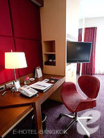 バンコク ファミリー&グループのホテル : センタラ グランド アット セントラルワールド(Centara Grand at Central World)のデラックス ワールドルームの設備 Writing Desk