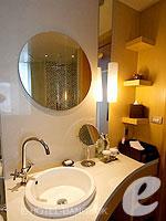 バンコク ファミリー&グループのホテル : センタラ グランド アット セントラルワールド(Centara Grand at Central World)のデラックス ワールドルームの設備 Bathroom