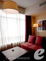 バンコク ファミリー&グループのホテル : センタラ グランド アット セントラルワールド(Centara Grand at Central World)のプレミアム ワールド ルームの設備 Living Area