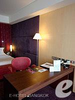バンコク ファミリー&グループのホテル : センタラ グランド アット セントラルワールド(Centara Grand at Central World)のプレミアム ワールド ルームの設備 Writing Desk
